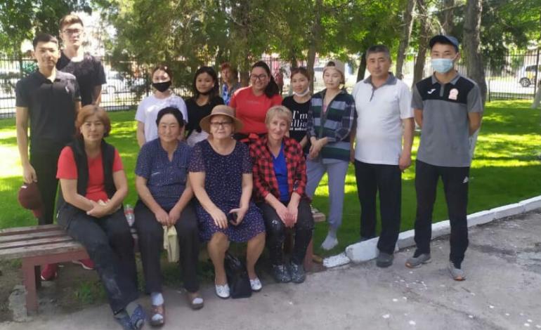 На субботнике 29 мая сотрудники побелили деревья и бордюры